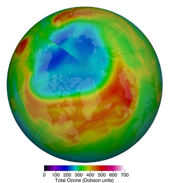 El ozono estratosférico ártico alcanzó su nivel bajo récord de 205 unidades Dobson, que se muestran en azul y turquesa, el 12 de marzo de 2020. Crédito: Centro de Vuelo Espacial Goddard de la NASA.